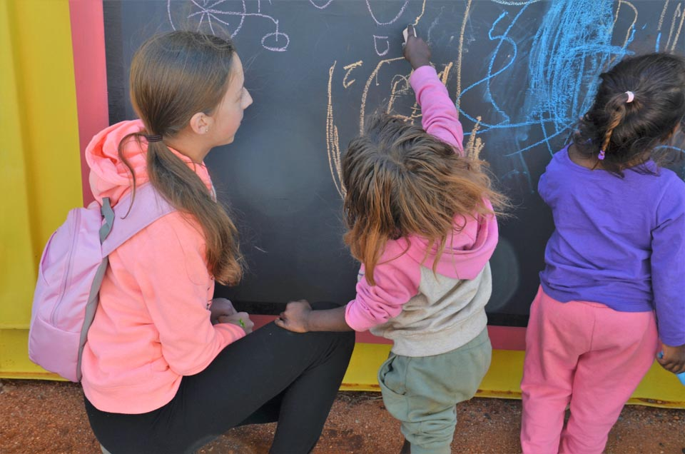 drawing-with-the-kids-at Mutitjulu Foundation
