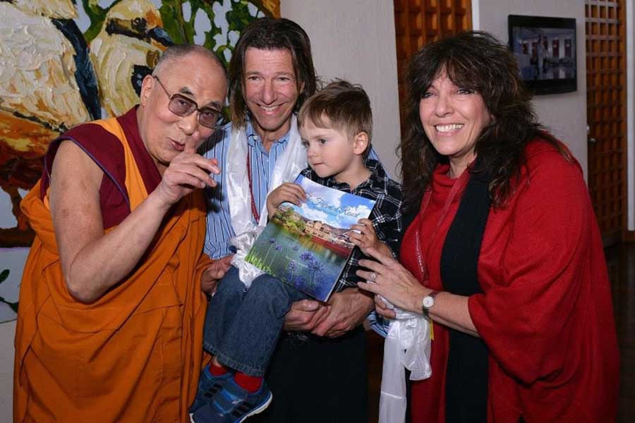 dr jerry schwartz son dane and wife debbie with the dalai lama at fairmont resort and spa blue mountains