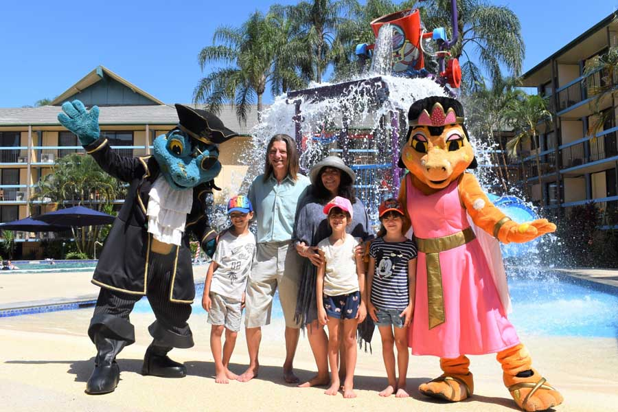 jerry schwartz with his wife debbie schwartz and children dane amber and lara at the opening of paradise resort gold coast in 2020