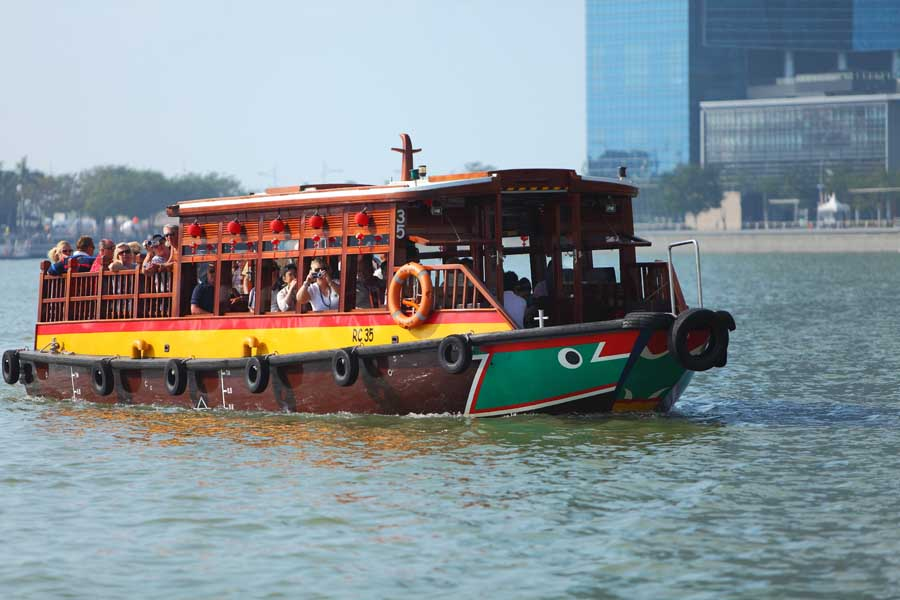 a singapore river cruise in a bumboat